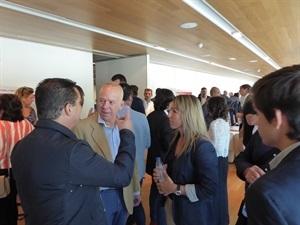 Antonio Cascales, pte. Fed. Valenciana de Tenis hablando con la edil Eva Naranjo y el alcalde Bernabé Cano