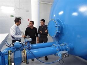 Alfonso González, Jefe Servicio Aqualia La Nucía, Bernabé Cano, alcalde de La Nucía y Miguel A. Ivorra concejal de Urbanismo visitando la Planta Potabilizadora
