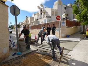 Los servicios técnicos municipales trabajando en la Urb. Montesol